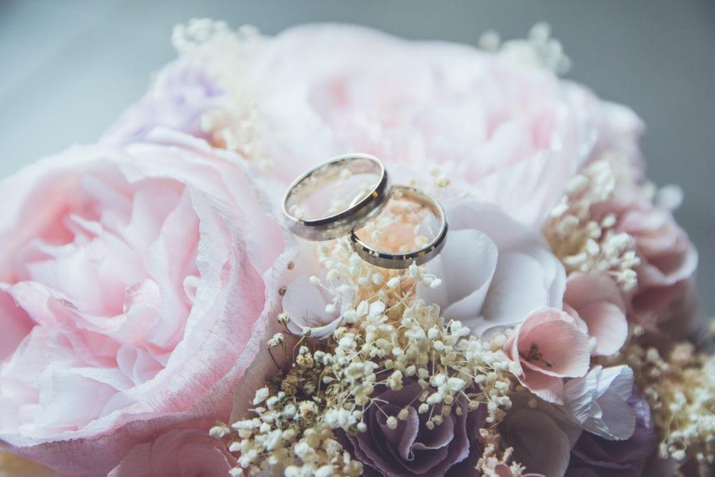 Wedding Ring Buying Guide (Plus Free Ring Size Chart) beatriz perez moya M2T1j 6Fn8w unsplash 3